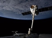 Canadarm2 grabs the Dragon; Image: Chris Hadfield/NASA