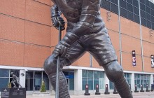 Jean Beliveau is immortalized outside the Molson Centre. Image: Jeangagnon